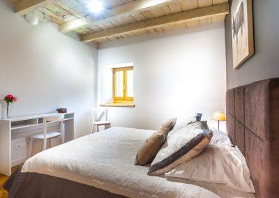Chambre 1 lit double avec son bureau - console