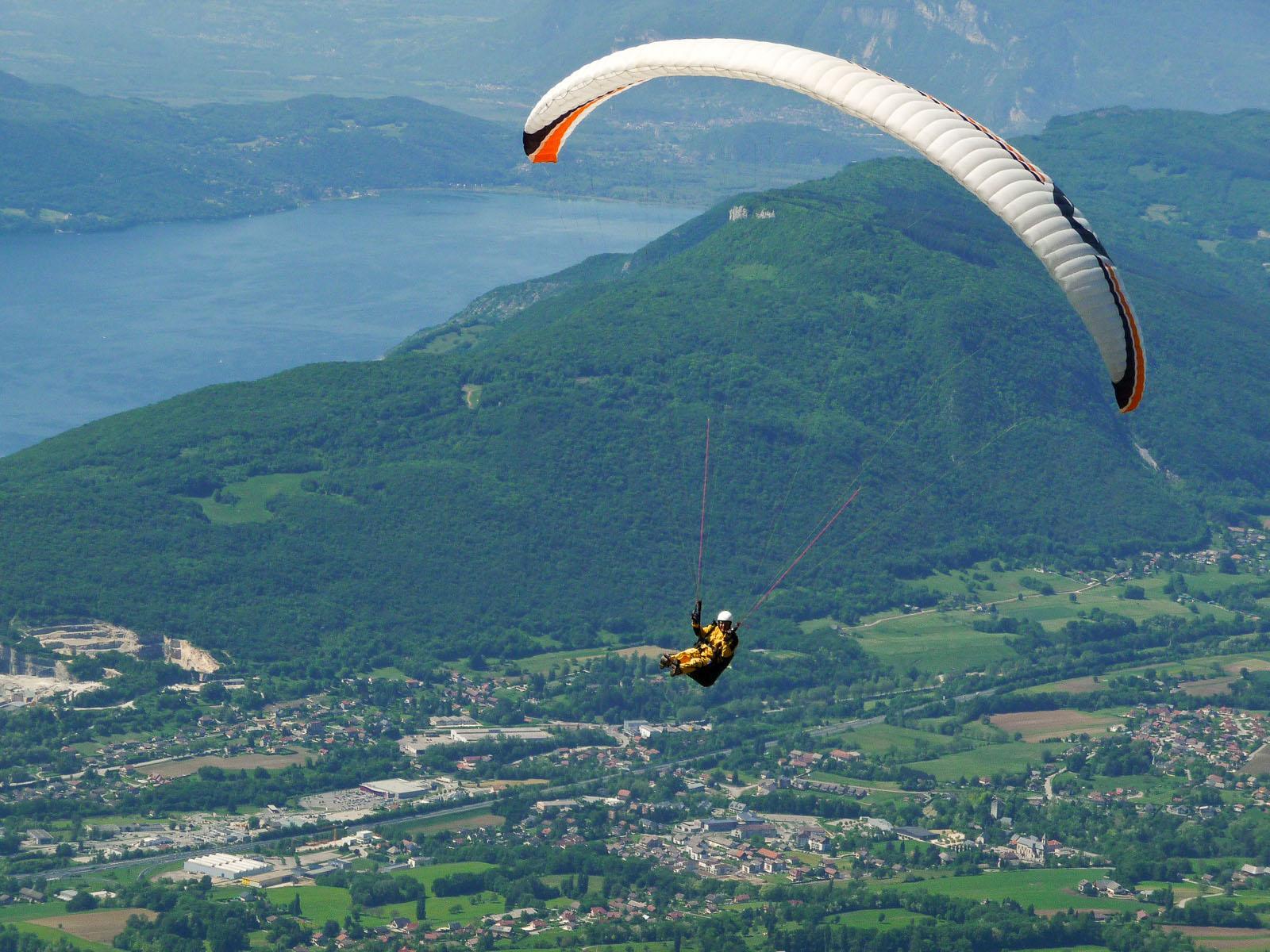 Parapente vers le lac du Bourget, près d'un gîte en Savoie
