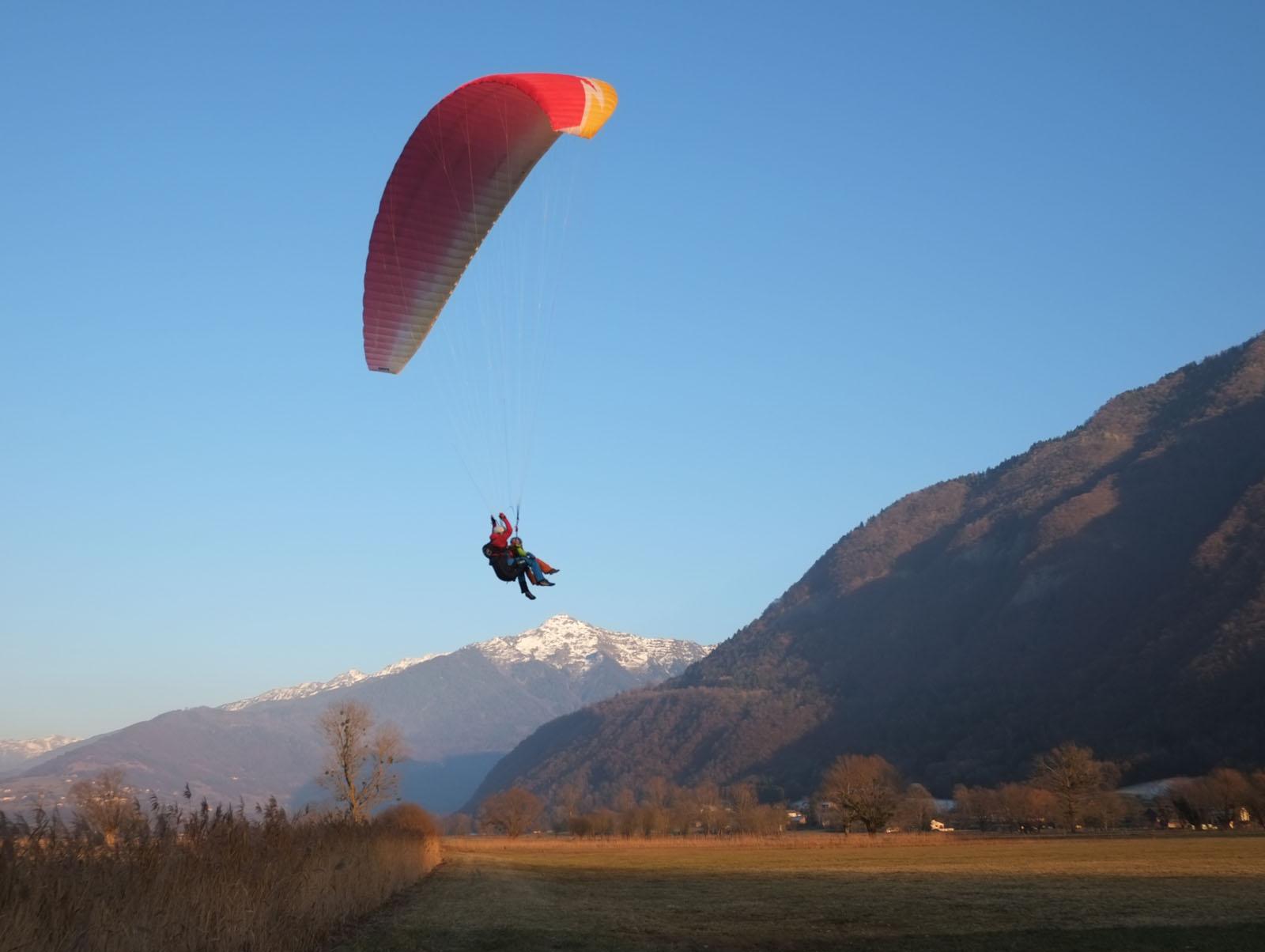 Atterrissage de parapente à Chamoux-sur-Gelon, Cœur de Savoie, près d'une location de vacances dans les Alpes