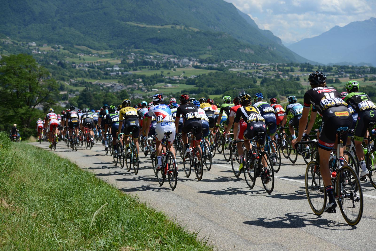 Le Critérium du Dauphiné, de passage à Saint-Jean-de-la-Porte, près de votre location de vacances dans les Alpes