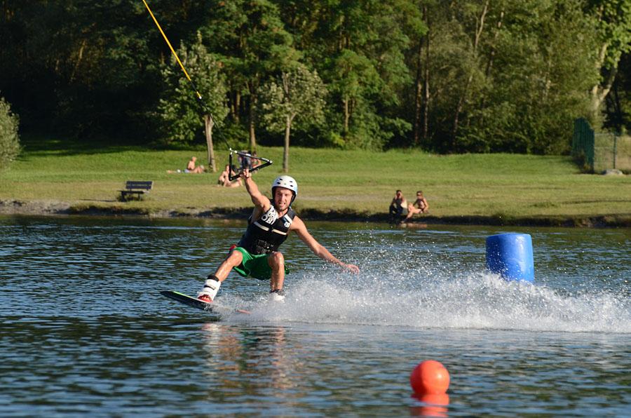 Activité nautique près d'un gîte en Savoie : wakeboard sur un lac dans les Alpes