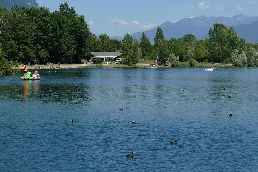Base de loisirs dans les Alpes : le lac de Carouge à Saint-Pierre d'Albigny Coeur de Savoie