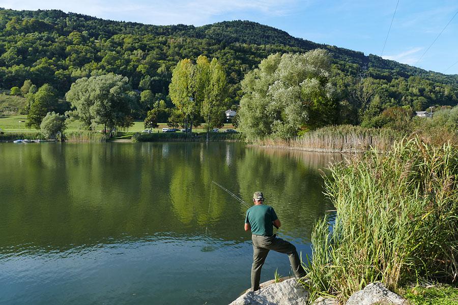 Pêche dans les Alpes près d'une location saisonnière en Savoie : sur le lac Saint-Clair, à Détrier